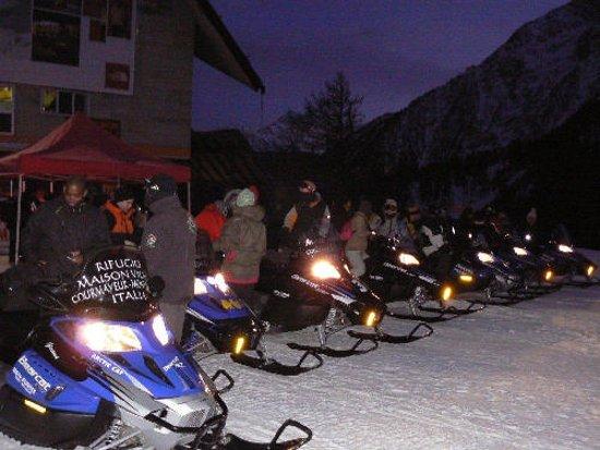 Le nostre motoslitte trasportano i clienti verso il RifugioMaisonVieille