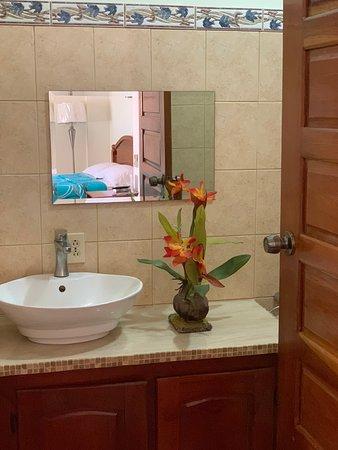 Sarteneja, Belize: Bathroom of room 1 with Balcony..