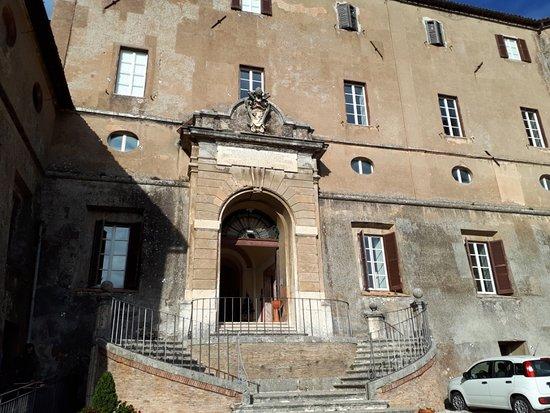 Porta d'Ingresso della Rocca sormontato dallo stemma dei Braschi (Papa Pio VI)