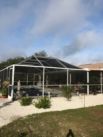 אנגלווד, פלורידה: Gardenias just outside of the pool cage