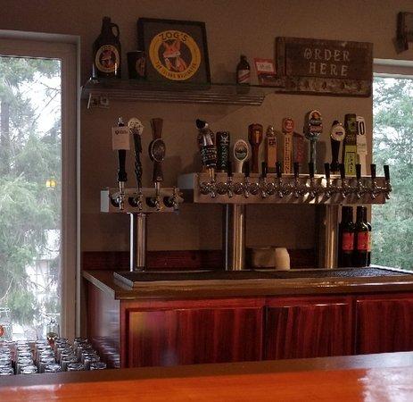 Fox Island, WA: Lots of beer on tap