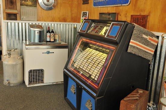 Raton Pass Motor Inn : Jukebox, anyone?