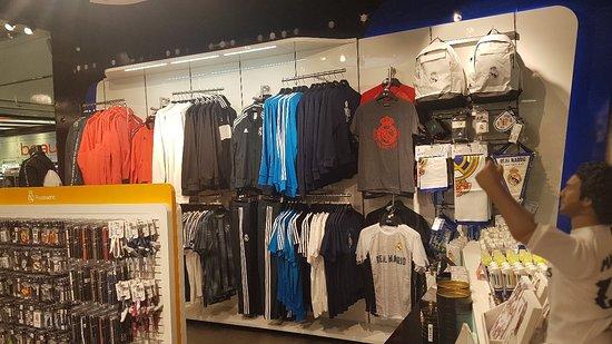 Real Madrid Official Store Maremagnum: Mejor lugar de Barcelona para adquirir producto oficial del Real Madrid!