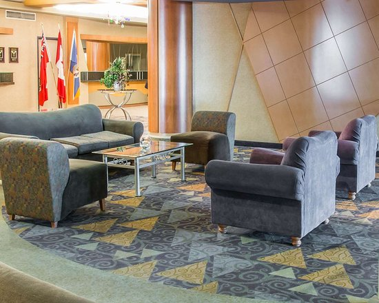 Clarion Hotel Winnipeg: Spacious lobby with sitting area