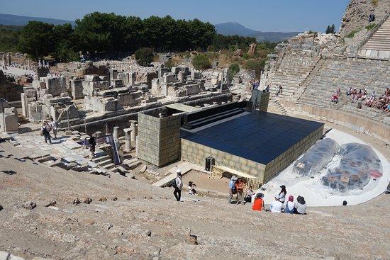 Ancient City of Ephesus: 直径154mある円形の大劇場