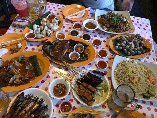 Lau Pa Sat: Lotzzzzz of FOOD