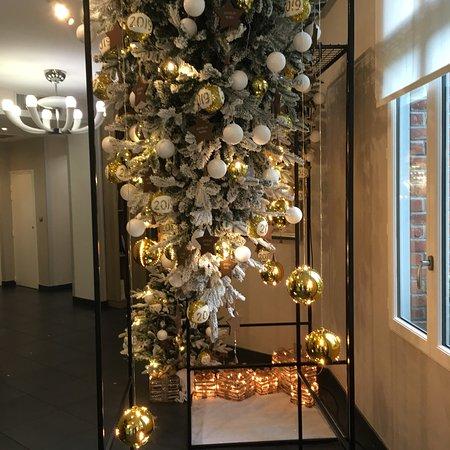 La cadre, bâtiment et entrée décorée de Noël