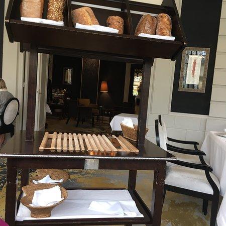 Le chariot à pains et ses beurres doux et demi-sel