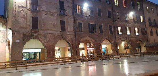 Piazza della Vittoria: PISTA PATTINAGGIO