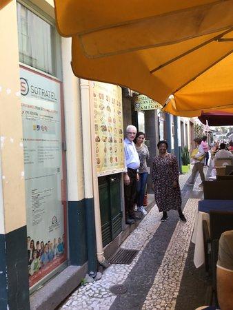 Restaurante Cantinho dos Amigos: værten, assistenten og en gæst