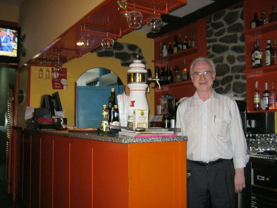 Restaurante Cantinho dos Amigos: værten ved baren