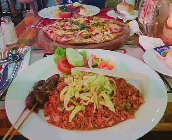 インドネシア料理とピザと肉
