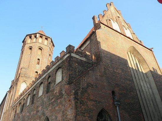 レンガ造りの古びた立派な教会
