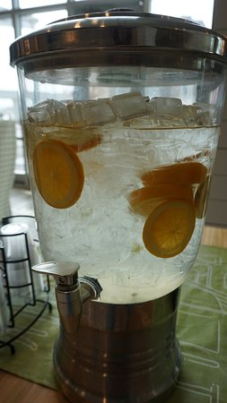 Hilton Garden Inn Asheville Downtown: orange water