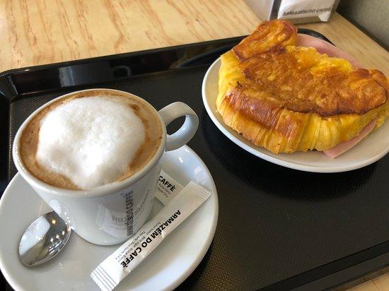 Meia de leite e croissant misto, e muitas outras opções de menus para pequeno almoço.