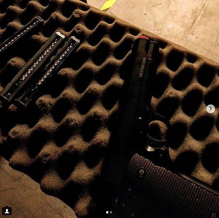 A arma com as munições de airsoft. @oguizo_