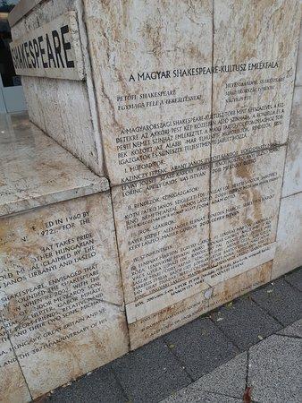 Inscriptions sur le socle de la statue