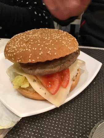 Barcollo Oscar: Hamburger (in special deal with fries and a drink)