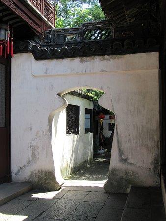 A moongate at the Yu Yuan Garden
