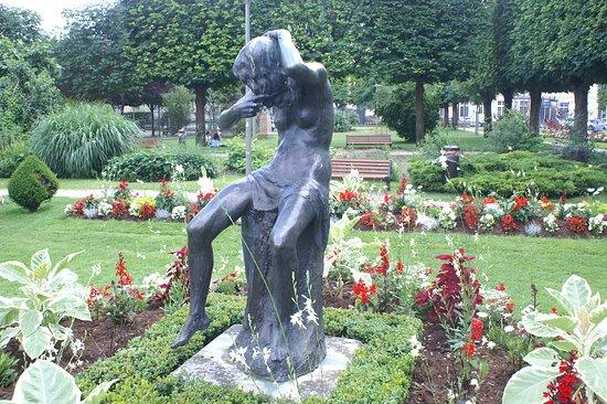 Statue Lucile se Coiffant