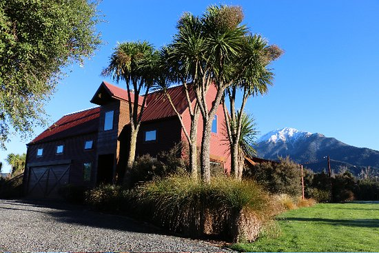 Rata Escape: Rata Lodge - located near  Mt Somers in a beautiful private setting  surrounded by a native bush garden.