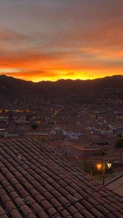 Contamos con una vista hermosa hacia la ciudad de Cusco , y nos encuentras en El Barrio de san Blas altura del mirador de san Blas .