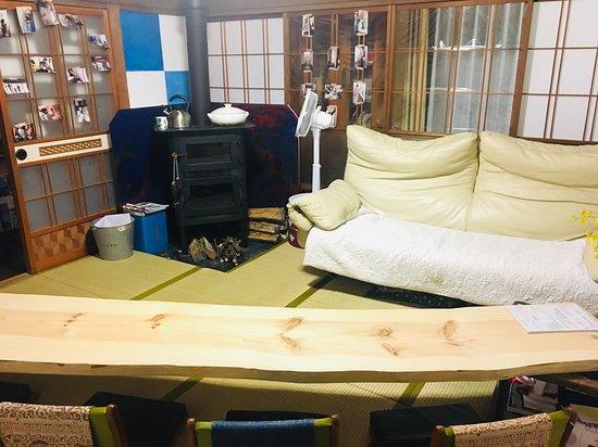 共用のリビングルーム。 薪ストーブで冬でも暖かいです!