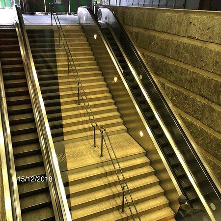 Forum des Halles : escalier d'accès face au McDonald's Forum Cinéma
