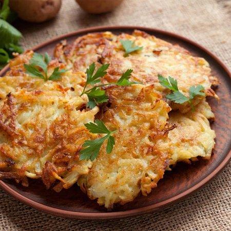 Латкес. ⠀ Латкес - традиционное ханукальное блюдо из картофеля, очень похожее на драники.  Способ их приготовления с использованием растительного масла напоминает нам о ханукальном чуде - горении масла в храмовом светильнике в течение 8 дней.