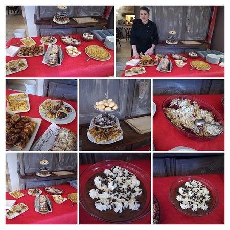 Champagne-Saint-Hilaire, France: Buffet d'une collation sucrée Fait maison pour un goûter commandé, accompagné d'un vrai chocolat chaud ... très réconfortant pour surmonter les frimas et la froideur automnale.