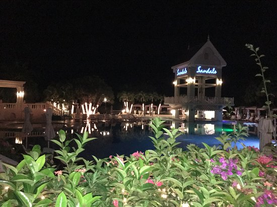 Sandals Ochi Beach Resort: Evening by the pool