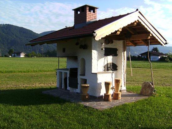 Waldschonau: Unser Holzsteinofen: Im Sommer backen wir mit unseren Gästen Pizza. Jedes Kind darf sein eigenes Brot backen. Außerdem bietet der Ofen eine Grillmöglichkeit für unsere Gäste.
