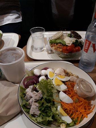 Salade César  au second plan et salade composée au premier plan. Soupe champignon fromage de chèvre dans le gobelet
