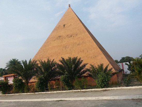 Narayanganj, بنجلاديش: Banglar Taj Mahal and Pyramid
