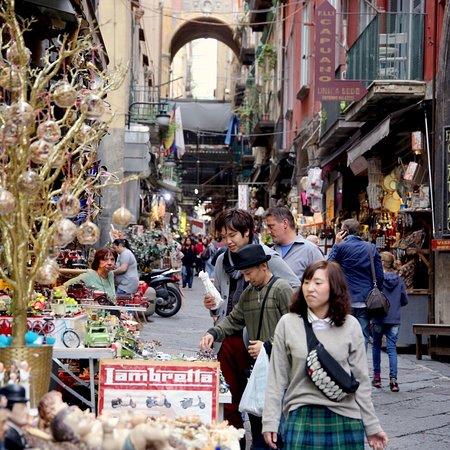 Via San Gregorio Armeno: Il fascino di Napoli