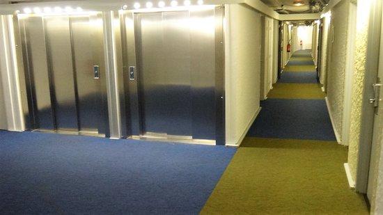Ibis Budget Limoges: les couloirs et les ascenseurs qui mènent aux chambres