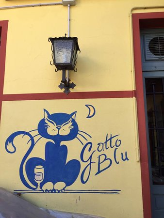 Fosseno, Italia: La simpatica insegna del Gatto blu