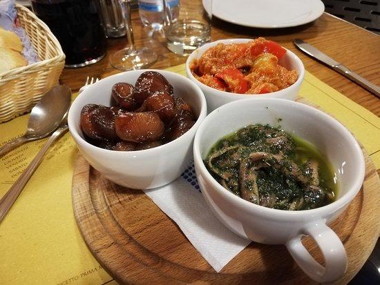 Locanda la Greppia: Tris di antipasti, peperoni con tonno, acciughe al verde e cipolline in agrodolce