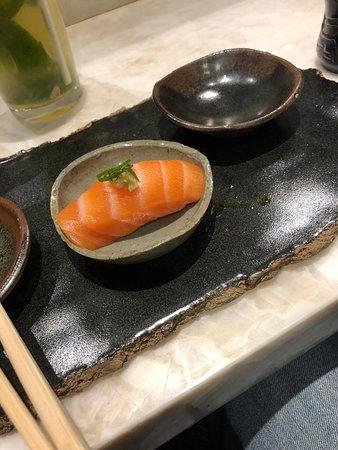 LIVING LOUNGE BAR & SUSHI: Salmão com toque de wasabi.