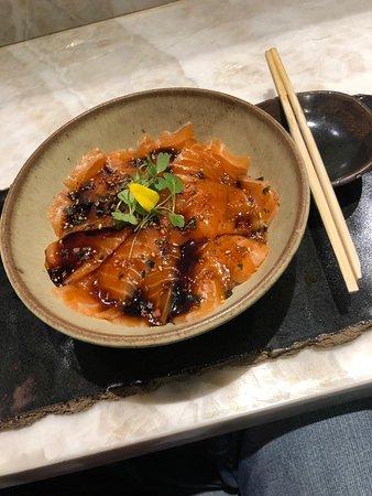 LIVING LOUNGE BAR & SUSHI: Salmão com shoyu e limão.