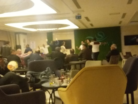 akşam animasyonunda araplar  dans ediyor coşuyor!!!!