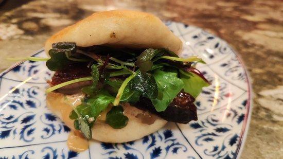 Pan bao de anguila kabayaki, berenjena asada, mayonesa de soja, compota de manzana y jengibre
