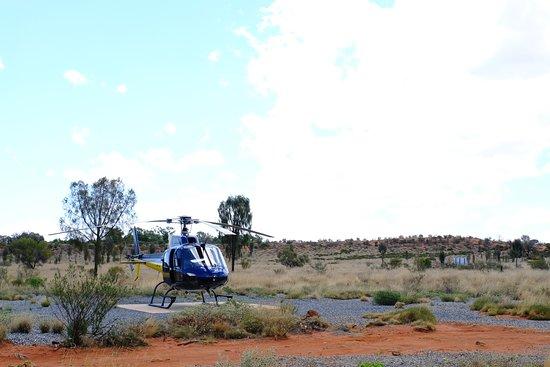 Vuelo escénico en helicóptero Uluru y Kata Tjuta: helicopter take off and landing is very close to yulara resort