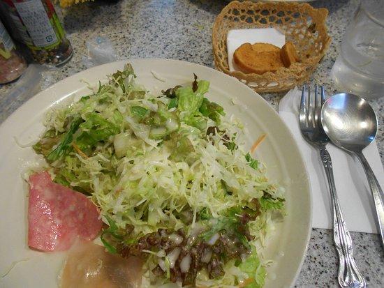 Roissy: 山盛りのサラダにカリカリフランスパンの付け合わせ