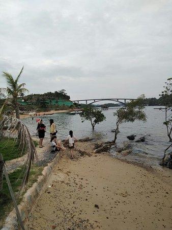 Sbs resort berlokasi di sebelum jembatan 5 barelang. Jika dari terminal ferry batam center membutuhkan waktu 1 jam 10 menit.