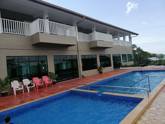Kuala Sungai Baru, Malaysia: Nice and clean pool. Even we were the only guest, we feel secure