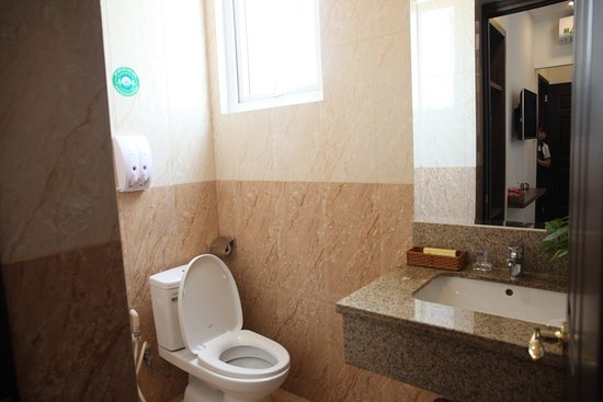 Huynh Duc 2 Hotel: Diện tich20m2 đến, với 1 giường 1,6m Nội Thất sang trọng hiện đại,Hướng nhìn ra mặt đường Phòng có cửa sổ, thoáng mát yên tĩnh đón được gió thiên nhiên Số người phục vụ: 2 người / phòng. thêm 1 người sẽ phụ thu 70.000 đ. Miễn phí : 02 chai nước suối ( 350 ml ) Giờ nhận phòng: 14h00 Giờ trả phòng: 12h00 Nhận phòng sớm hoặc trả phòng muộn sẽ được tính thêm mỗi giờ 30.000 đ. Giá đã bao gồm Thuế VAT 10%