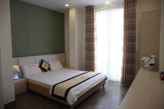 Huynh Duc 2 Hotel: Diện tich 20 m2, với 1 giường 1,6m Nội Thất sang trọng hiện đại, có ban công, bồn tắm nằm Hướng nhìn ra hai mặt  đường Phòng có cửa sổ, thoáng mát yên tĩnh đón được gió thiên nhiên Số người phục vụ: 2 người / phòng. thêm 1 người sẽ phụ thu 50.000 đ. Miễn phí : 02 chai nước suối ( 350 ml ) Giờ nhận phòng: 13h00 Giờ trả phòng: 12h00 Nhận phòng sớm hoặc trả phòng muộn sẽ được tính thêm mỗi giờ 30.000 đ. Giá đã bao gồm Thuế VAT 10%