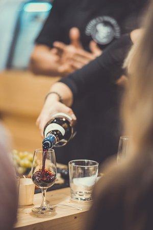 Zilina, Eslovaquia: Degustácia vína.