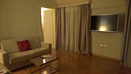 NH Collection Roma Giustiniano: Het zitgedeelte met tv en bureau